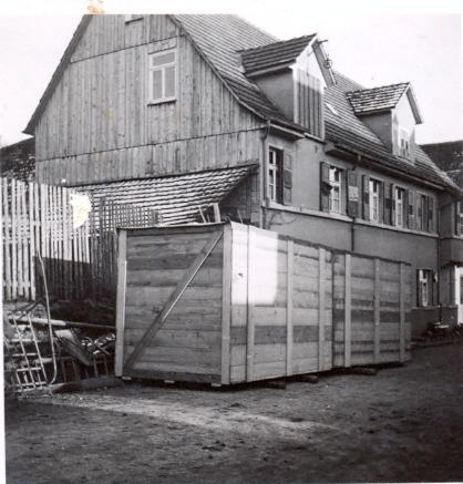 Vor dem Haus Gartenstraße 2 stehen Lifts: zimmergroße Holzkisten zur Verschiffung von Mobiliar und Hausrat. Die Aufnahme entstand vermutlich nach dem Novemberpogron von 1938.