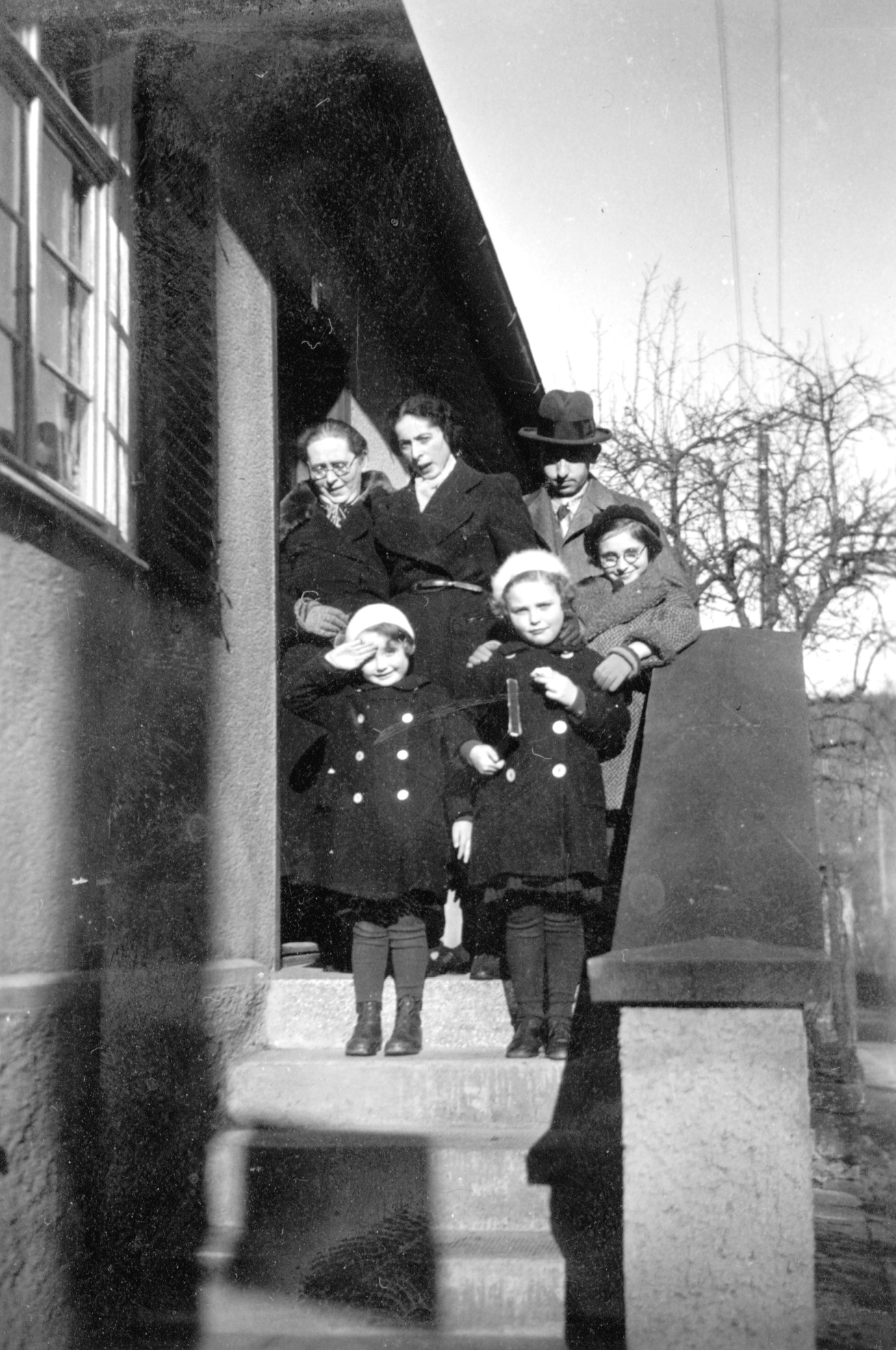 Familie Rindsberg zu Besuch in Freudental. Zilli mit Schwester Betti Stein, Ehemann Ludwig Rindsberg und Tochter Hannelore. Vorn die Nichten Beate und Hanna.