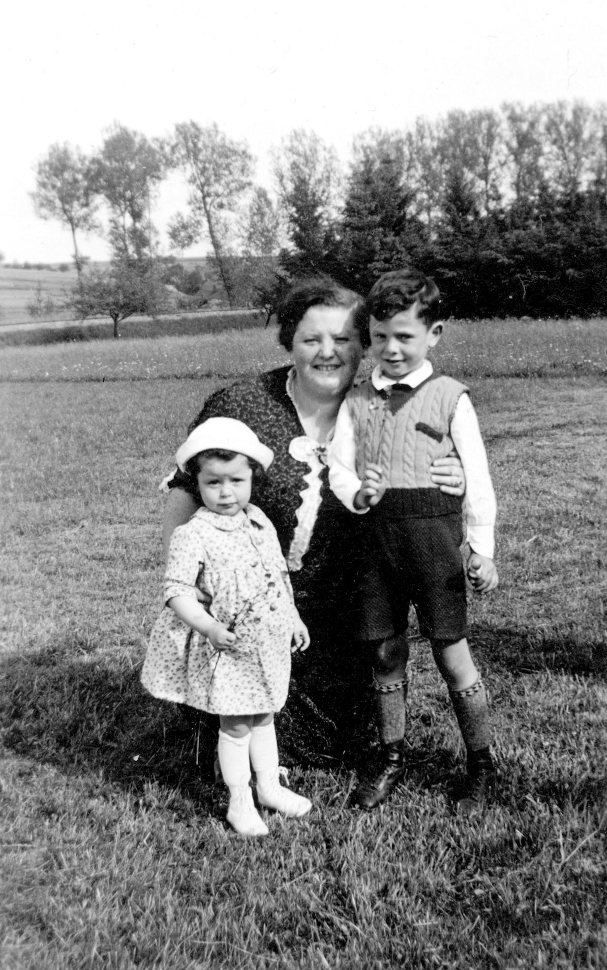 Erna Stein mit ihren Kindern Ruth und Werner.