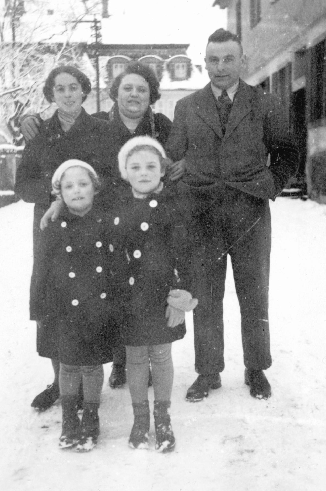 Josef Stein mit Schwester Betti (links), Ehefrau Lili und den Töchter Beate und Hanna (rechts) kurz vir ihrer Abreise nach Palästina.