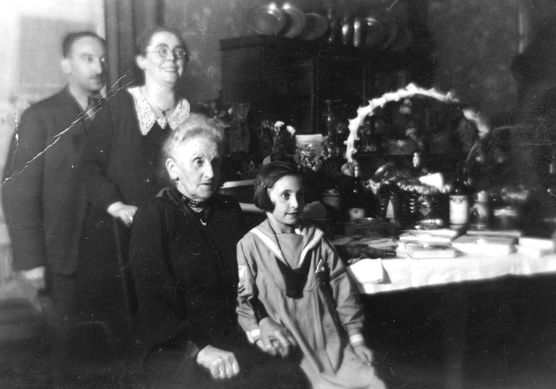 Zilli Rindsbergmit ihrem Mann Ludwig Rindsberg, Tochter Hannelore und Schwiegermutter Mina Rindsberg an deren 75. Geburtstag in der Opberpfalz.