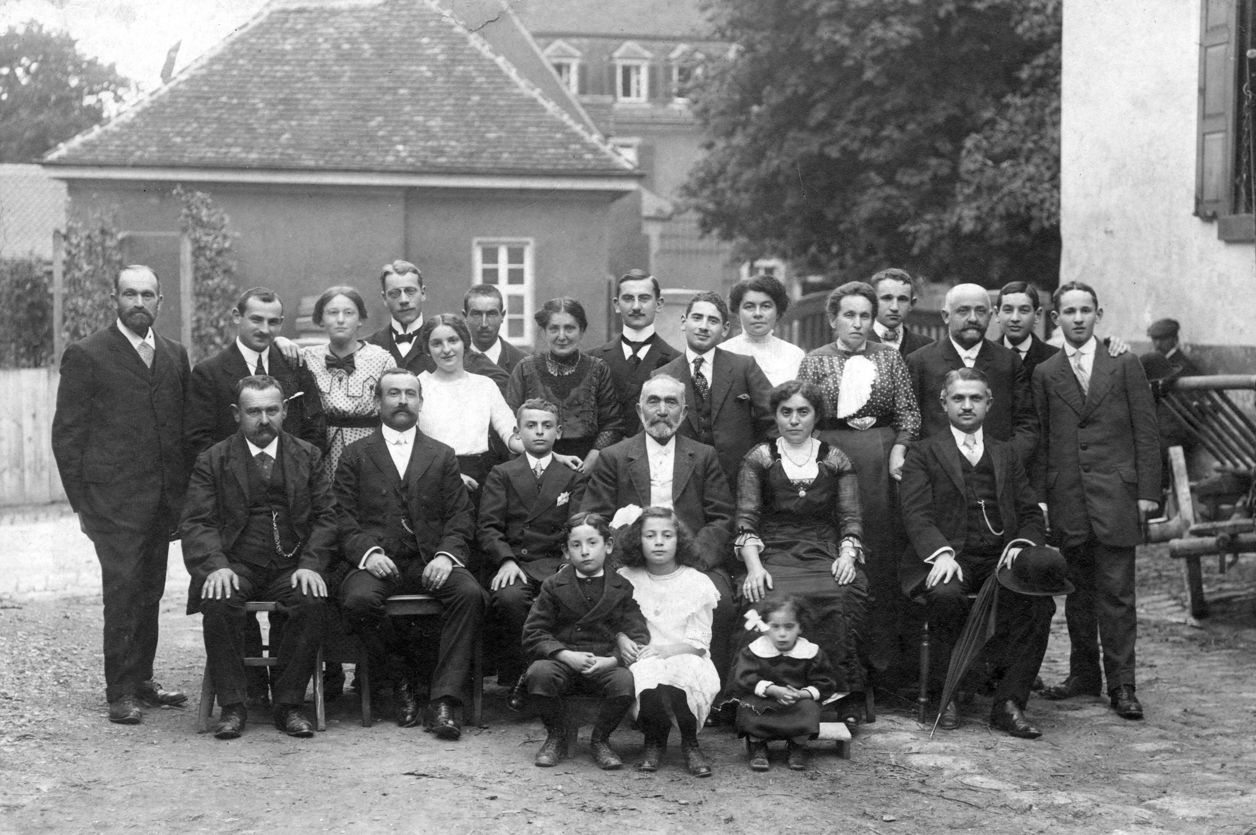 Sara Stein (sitzend, Zweite von rechts) bei der Bar Mitzwa ihres Sohne Josef (Dritter von lnks) im Oktober 1913. Zwischen den Beiden sitzt Salomon Stein, davor kauern die jüngeren Kinder Irwin, Zilli und Betti. Sohn Ludwig stehend, Zweiter von rechts.