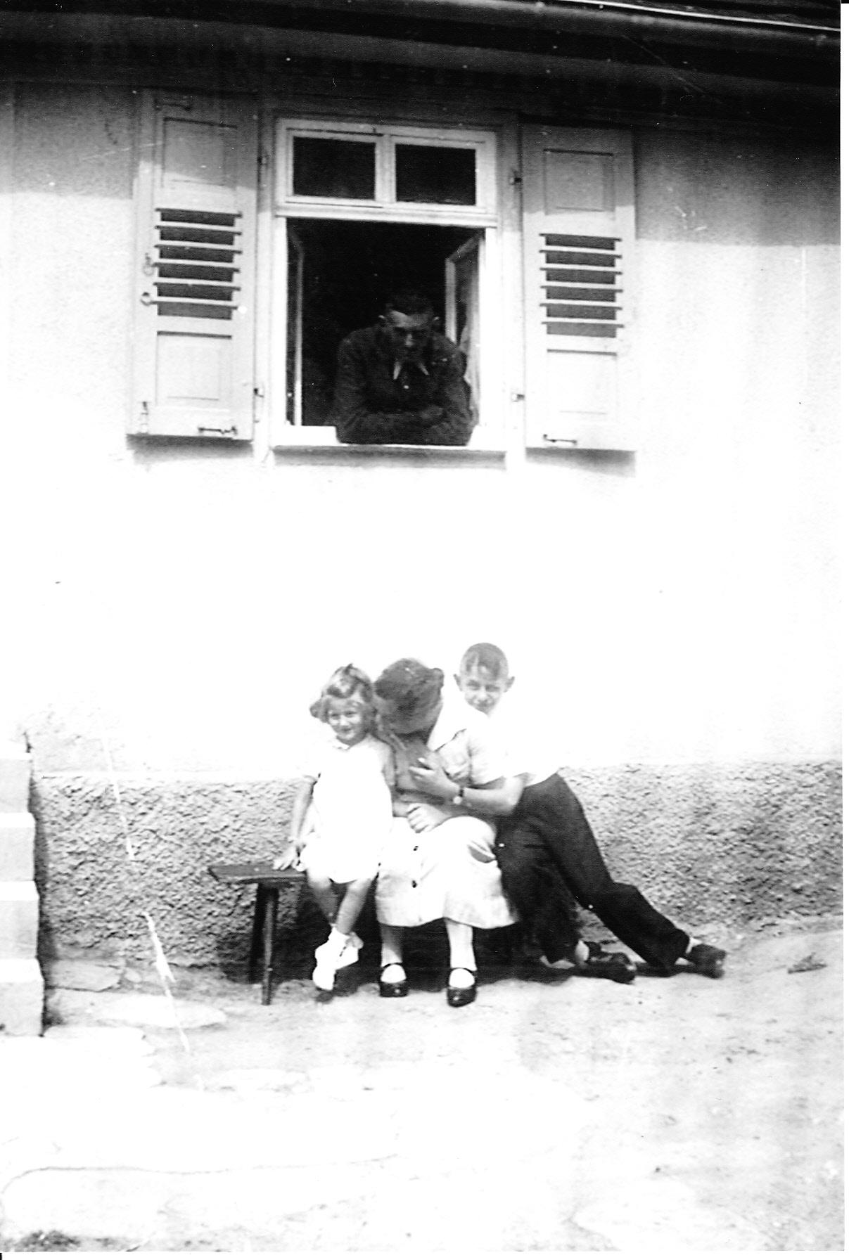Familienleben in Freudental: Moritz Stein (im Fenster) mit Frau Helene und den Kindern Anni und Fritz in der Schlossstraße 23.
