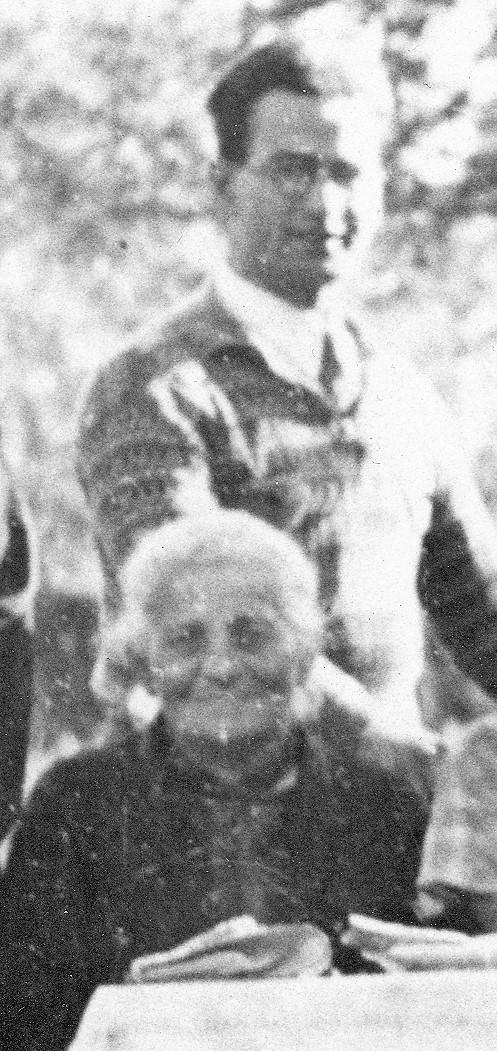 Regine Marx und Wolf Berlinger im Garten hinter der Synagoge, vermutlich Sommer 1932.