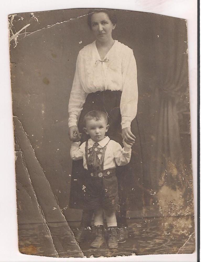 Ida Blum mit ihrem ältesten Sohn Helmut