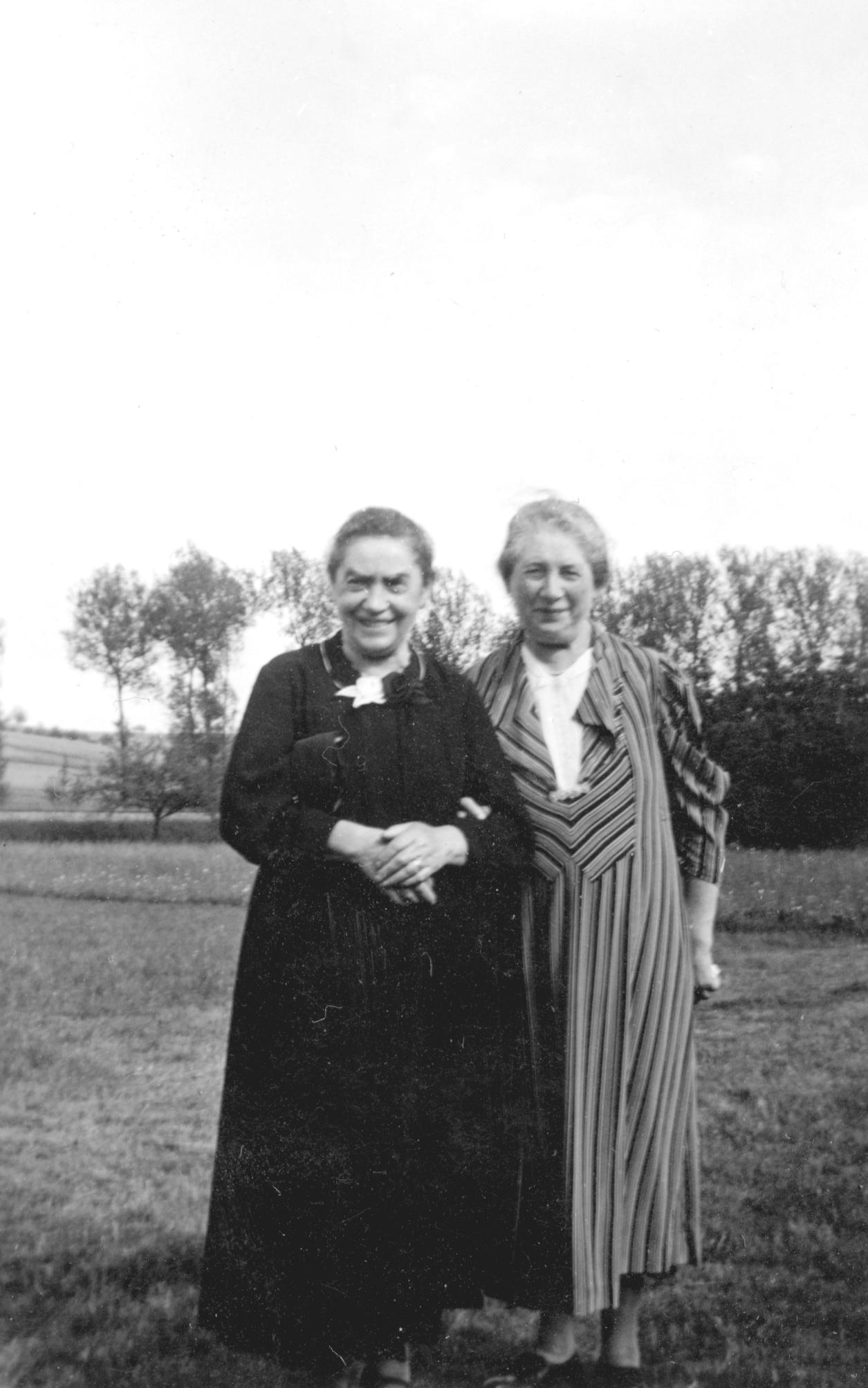 Sara Stein (links) mit Josef Steins Schwiegermutter Gutta Löbmann.